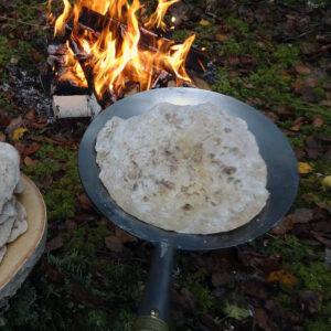 Steker pannbröd på en Källrå Vildmarksprodukter Stompapanna 45 cm.