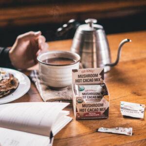 Mushroom Hot Cacao Mix with Cordyceps vid frukostbordet.