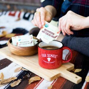 Mushroom Hot Cacao Mix with Reishi I en kopp.