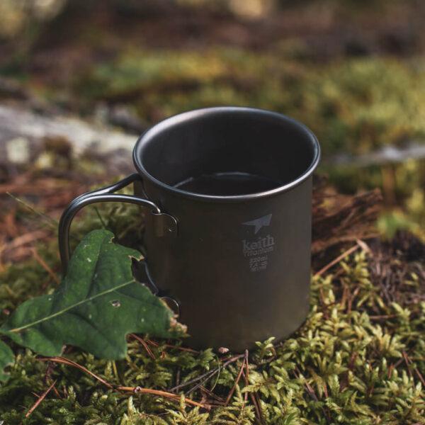 Keith Single-Wall Titanium Mug with Folding Handle 220 ml kaffekopp ute i skogen.