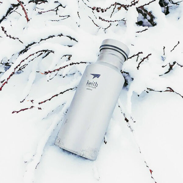Keith Titanium Sport Bottle 550 ml i snön.