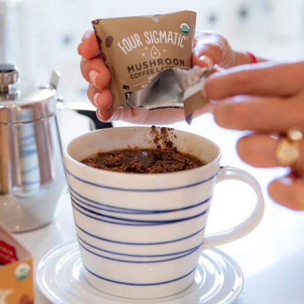 Mushroom Coffee Latte Mix Maitake And Chaga i kaffekopp.