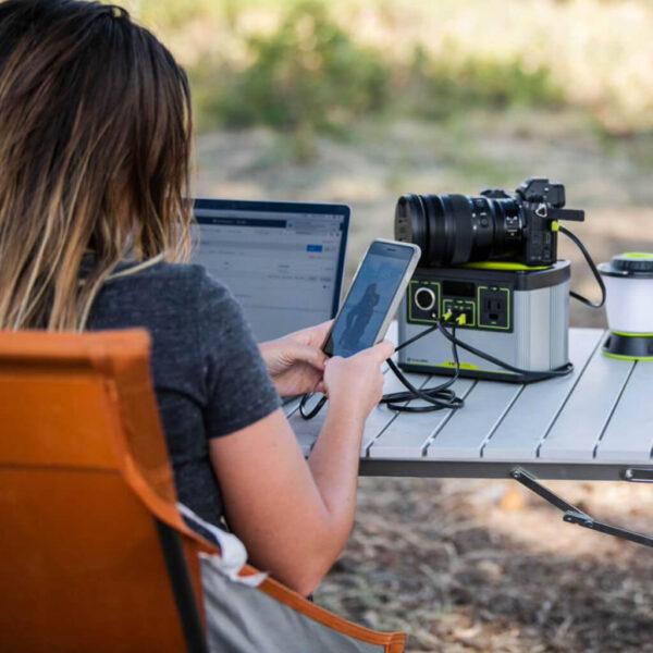 Goal Zero Yeti 200x Lithium Power Portable Station på ett campingbord.